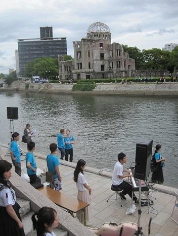 6日-15広島愛の川リハーサル ドームをバックに.jpg
